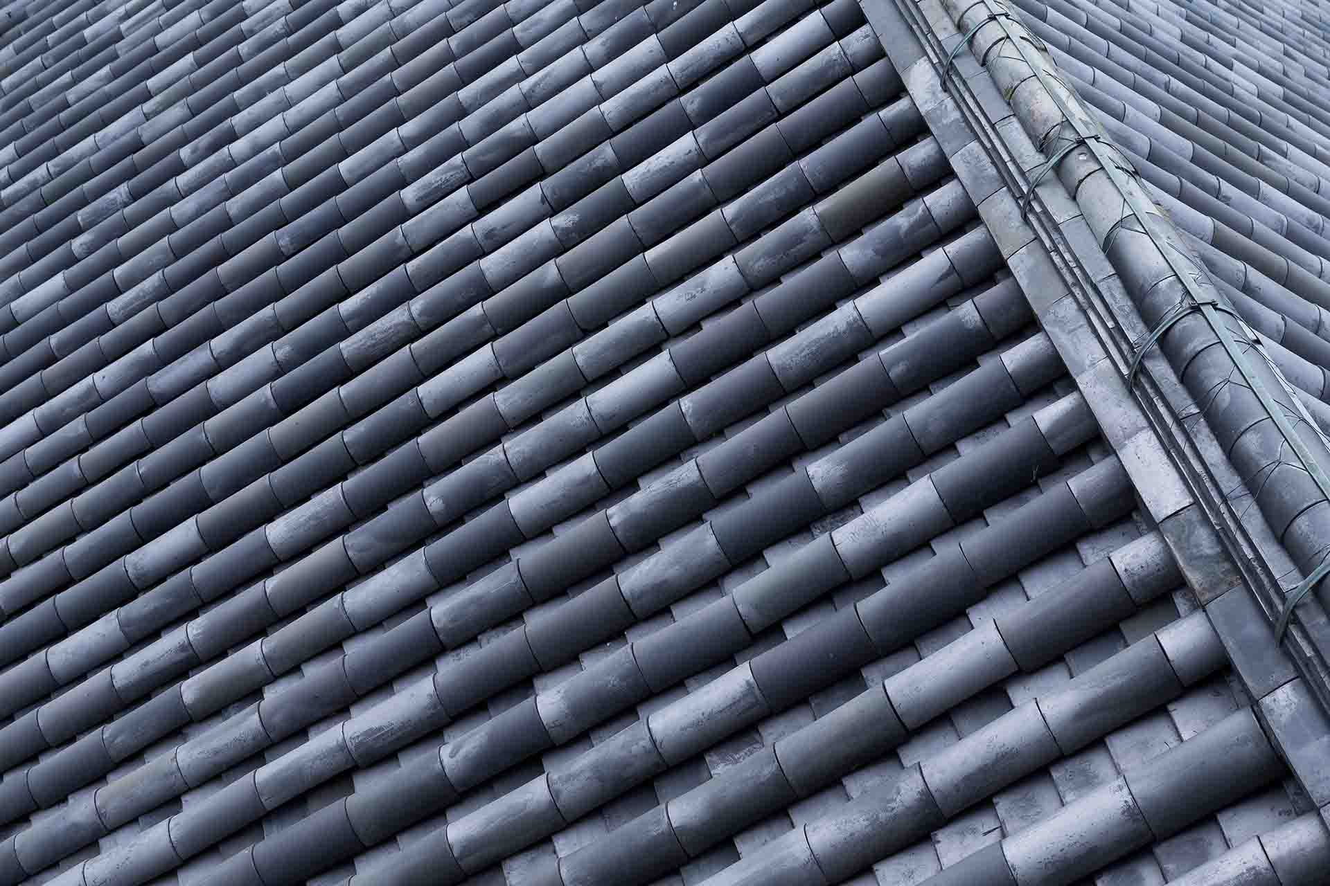 What do I need to know before hiring a roofing contractor?